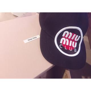 ミュウミュウ(miumiu)のmiumiu ベースボールキャップ ロゴ 黒(キャップ)