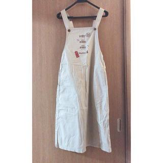 ベージュのオーバーオールスカート