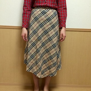 バーバリー(BURBERRY)のミモレ丈 アシンメトリー ノバチェック  バーバリー スカート(ひざ丈スカート)