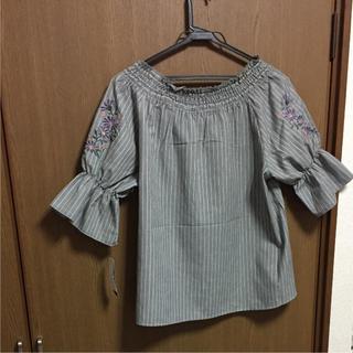 シマムラ(しまむら)の新品 大きいサイズ トップス グレー 花刺繍(カットソー(半袖/袖なし))