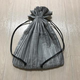 ケービーエフ(KBF)のKBF プリーツ巾着BAG(ハンドバッグ)