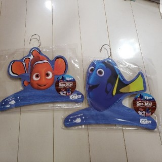 ディズニー(Disney)のディズニー☆ニモ&ドリー ☆木製コスプレハンガー☆コスミー COS-ME (押し入れ収納/ハンガー)