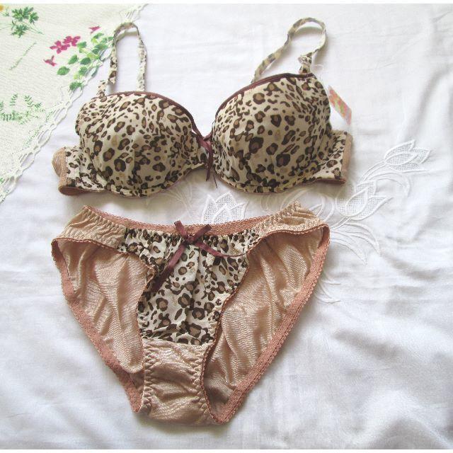 C75 ベージュにブラウン色のヒョウ柄 ブラジャー&ショーツ レディースの下着/アンダーウェア(ブラ&ショーツセット)の商品写真