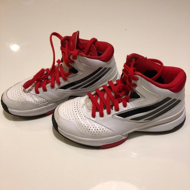 adidas(アディダス)のadidas バッシュ 22.5 スポーツ/アウトドアのスポーツ/アウトドア その他(バスケットボール)の商品写真