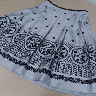 ストラ(Stola.)のピエスモンテ グレー フレアースカート Size38(ひざ丈スカート)