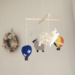 フェルトで作った羊と気球のベビーメリー【ミッフィーカラー】(モビール)