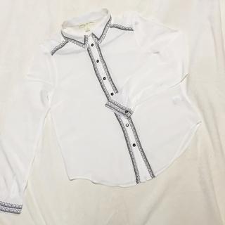 アーバンアウトフィッターズ(Urban Outfitters)のurban outfitters 刺繍入りシャツ(シャツ/ブラウス(長袖/七分))