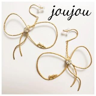 ジュジュ(joujou)のjoujou sensiteveリボンピアス 新品未使用 スワロフスキー付(ピアス)