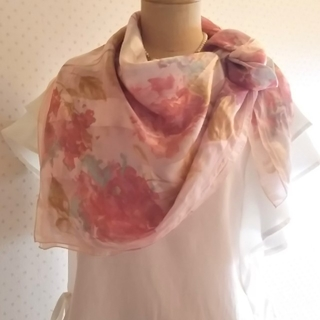 ギラロッシュ(Guy Laroche)のギラロッシュ フラワープリント シルク100% ふんわり雰囲気 春色 スカーフ(バンダナ/スカーフ)