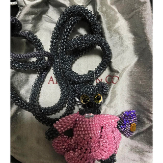 アッシュペーフランス(H.P.FRANCE)のアプロージオ&コー 新品 フリル ピンクドレス希少 バック持った 猫 ネックレス(ネックレス)
