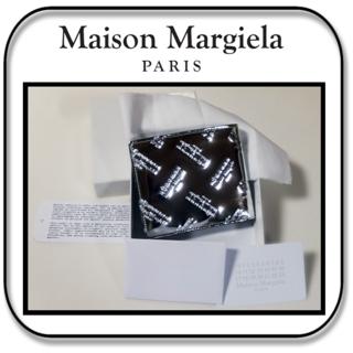 マルタンマルジェラ(Maison Martin Margiela)のメゾン マルジェラ  パテントレザー 二つ折り財布  シルバー イタリア製(折り財布)