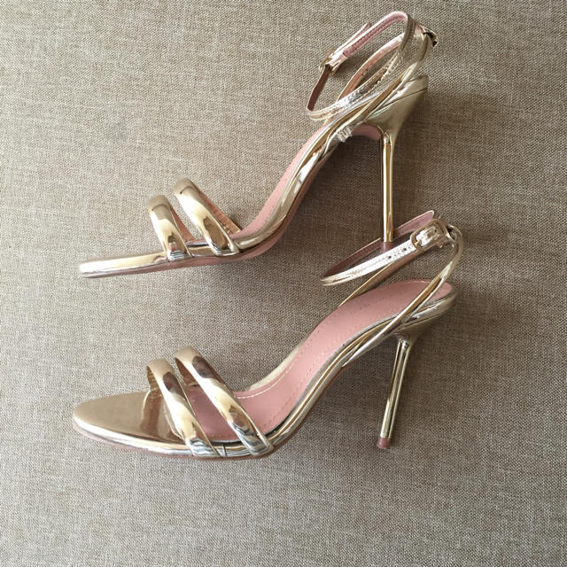 ZARA(ザラ)のZARAゴールドサンダル レディースの靴/シューズ(サンダル)の商品写真