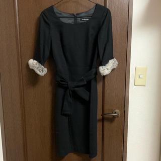 クイーンズコート(QUEENS COURT)のクィーンズコート ファー付き黒ウールワンピース(ひざ丈ワンピース)