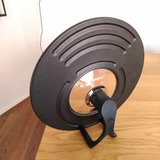 キョウセラ(京セラ)の京セラ製、自立するフライパンの蓋!20センチから28センチに対応(鍋/フライパン)