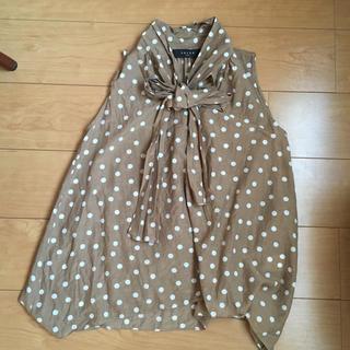 サクラ(SACRA)のSACRA サクラ 水玉 ノースリーブ リボン シルク混 シャツ 38 日本製(シャツ/ブラウス(半袖/袖なし))