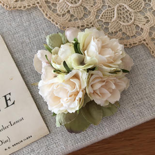 ホワイトバラとアンティークグリーン、ベージュ紫陽花のコサージュ