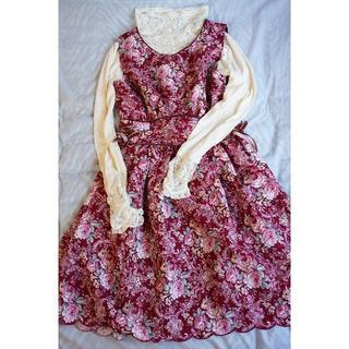 アクシーズファム(axes femme)のaxes美品☆バラ柄の編み上げリボンの可愛い赤いワンピース Mサイズ(ひざ丈ワンピース)