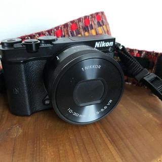 ニコン(Nikon)のNikon1j5*ダブルレンズキット*単焦点レンズ*おまけ付き(ミラーレス一眼)