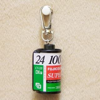 フジフイルム(富士フイルム)の☆SUPER V 24 ISO100 フイルム キーホルダー 1点限り!(フィルムカメラ)