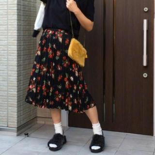 ジーユー(GU)のGU 花柄プリーツスカート 黒(ロングスカート)