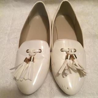 ジーユー(GU)のホワイト フラットシューズ 春(ローファー/革靴)