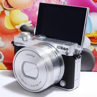 ニコン(Nikon)の★自撮り+Wi-Fi付き★ Nikon J5 レンズキット おまけ多数付き♪(ミラーレス一眼)