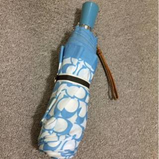 コーチ(COACH)の本物コーチの白×水色シグネイチャーの折り畳み傘 撥水加工 (傘)