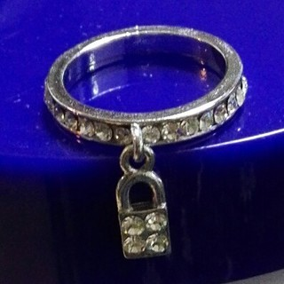 クレアーズ(claire's)の新品送料込!Claire's ラインストーン付 南京錠型の指輪 リング(リング(指輪))