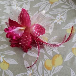 濃いピンクの花のコサージュ(ブローチ/コサージュ)