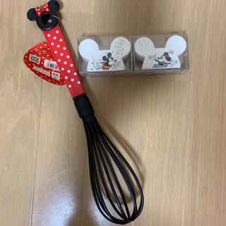 ディズニー(Disney)のDisneyミッキーミニーソルト&ペッパー入れ泡立て器セット(収納/キッチン雑貨)