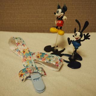 ディズニー(Disney)のおもちゃ・ぼうしホルダー(ロング・リボン付)✳︎マルチクリップ✳︎Duffy青(外出用品)