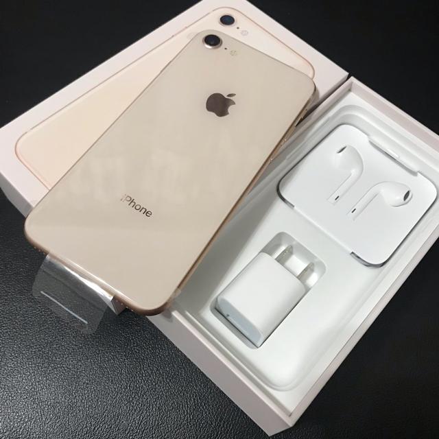 iPhone(アイフォーン)のiPhone 8 Gold 64 GB au 新品 スマホ/家電/カメラのスマートフォン/携帯電話(スマートフォン本体)の商品写真
