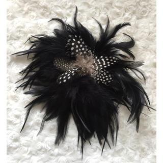 ザラ(ZARA)のファーコサージュ 羽根付き 髪飾り(ブローチ/コサージュ)