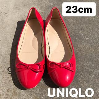 ユニクロ(UNIQLO)のUNIQLOの赤いパンプス バレエシューズ(バレエシューズ)