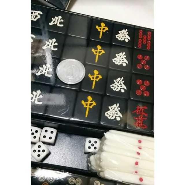 【新品】携帯 ミニ麻雀牌セット 黒 ケース付き 玄武牌 エンタメ/ホビーのテーブルゲーム/ホビー(麻雀)の商品写真