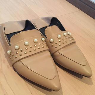 ジーユー(GU)のGU パールスタッズバブーシュ Mサイズ ベージュ(ローファー/革靴)