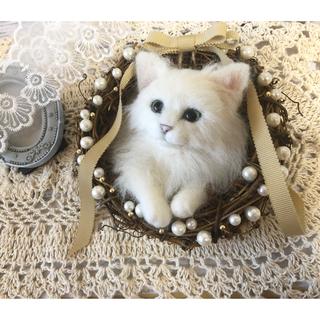 羊毛フェルト 白猫のパールリース 母の日(ぬいぐるみ)