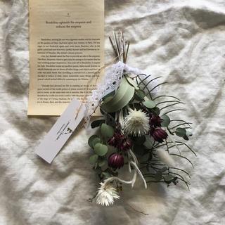 白いお花とチョコレート色のお花とユーカリのスワッグ