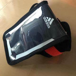 アディダス(adidas)のスポーツ用スマホ入れ(iPhoneケース)
