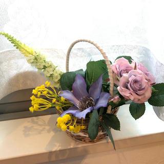アーティフィシャルフラワーのクレマチス、薔薇等を藤の籠にアレンジ(インテリア雑貨)