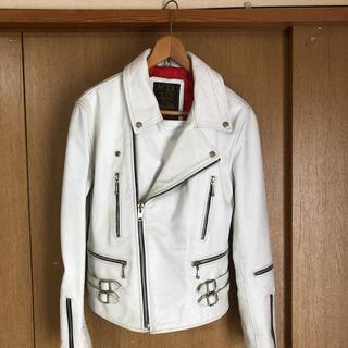 ACDCの牛革の白いライダースジャケットです。