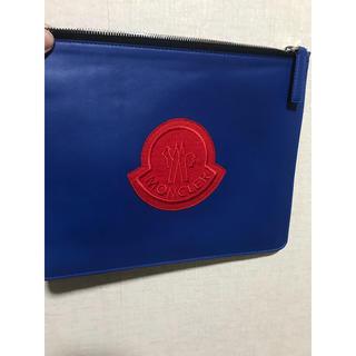 モンクレール(MONCLER)のモンクレール レザー クラッチバッグ ブルー×レッドカラー(セカンドバッグ/クラッチバッグ)
