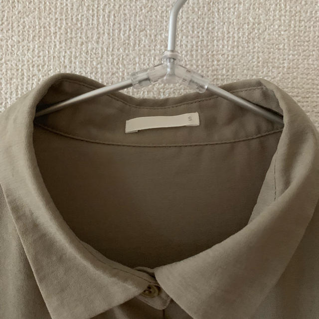 GU(ジーユー)の美品♡GUカーキポリエステルシャツ レディースのトップス(シャツ/ブラウス(長袖/七分))の商品写真