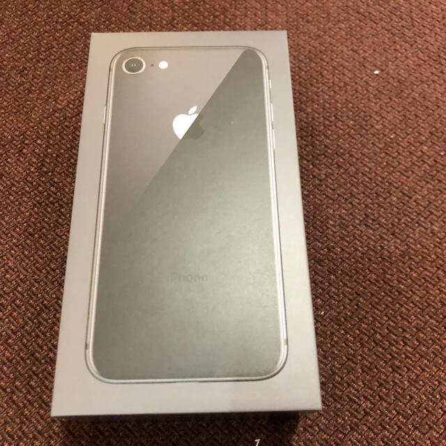 Apple(アップル)の新品、未使用  iPhone 8 64G 本体 シルバー SIMフリー化済 スマホ/家電/カメラのスマートフォン/携帯電話(スマートフォン本体)の商品写真