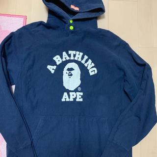 アベイシングエイプ(A BATHING APE)の激レアLサイズ! BAPE青山限定カレッジ怒り猿プルオーバーパーカー紺(パーカー)
