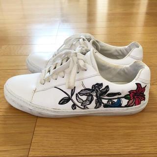 ザラ(ZARA)のZARA サイド百合の花刺繍スニーカー 白 フラワー刺繍 H&M系 インポート系(スニーカー)