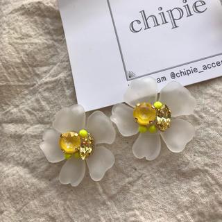 ザラ(ZARA)の再∞販 colorful flower pierce _ yellow(ピアス)