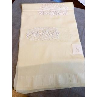 さんび正絹帯揚げ/新品未使用/クリームイエローに白い繊細な刺繍/セミフォーマル(和装小物)