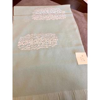 きれいな派手すぎない水色に白い繊細な刺繍がたっぷり/さんび正絹帯揚げ1枚(和装小物)