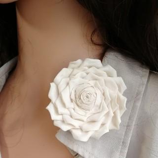 母の日に♪アイボリーバラ1輪つまみ細工ブローチ 髪飾りにも(コサージュ/ブローチ)
